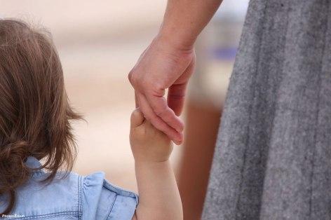 femme-tenant-un-enfant-par-la-main